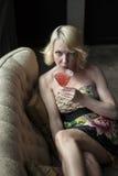 Blonde Frau, die einen rosa Martini trinkt Lizenzfreie Stockbilder