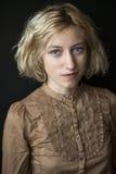 Blonde junge Frau mit schönen blauen Augen Lizenzfreies Stockfoto
