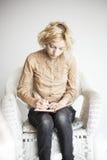 Blonde junge Frau mit schönen blauen Augen schreibend in ihren Journ Stockbilder