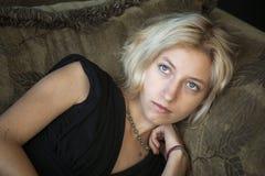Blonde junge Frau mit schönen blauen Augen Lizenzfreie Stockbilder