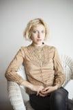 Blonde junge Frau mit schönen blauen Augen Stockfoto
