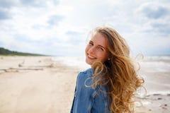 Porträt einer blonden Frau am Strand Lizenzfreies Stockbild