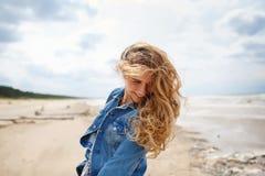Porträt einer blonden Frau am Strand Stockbilder