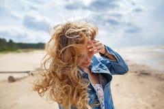 Porträt einer blonden Frau am Strand Lizenzfreie Stockfotos