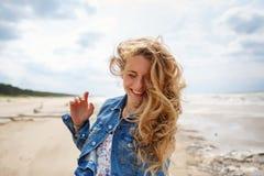 Porträt einer blonden Frau am Strand Stockbild