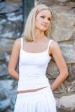 Porträt einer Blondine in einem weißen Kleid lizenzfreies stockbild