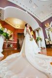Porträt einer Braut in einem Kleid mit einem langen Zug Stockfotos