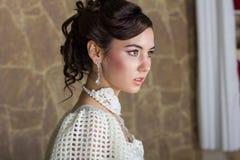 Porträt einer Braut in einem weißen Kleid Stockfotos