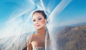 Porträt einer Braut mit Schleier auf Wind Lizenzfreies Stockfoto