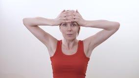 Porträt einer Brunettefrau, die Übung verstärkend, um den Bereich unter dem Kinn und dem Hals zu verbessern tut stock video footage