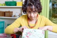 Porträt einer Damenschneiderin in seiner Werkstatt lizenzfreie stockbilder