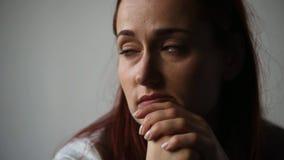 Porträt einer deprimierten Frau, die an ihre Gedanken denkt stock video footage