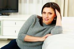 Porträt einer durchdachten Frau von mittlerem Alter Lizenzfreies Stockbild