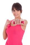 Porträt einer Eignungsfrau, die mit freien Gewichten ausarbeitet Stockfotos