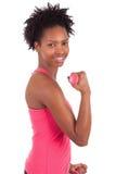 Porträt einer Eignungsfrau, die mit freien Gewichten ausarbeitet Lizenzfreie Stockfotos