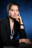 Porträt einer eleganten Geschäftsfrau über blauem Hintergrund stockfotos