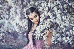 Porträt einer Elfe in einem blühenden Garten Stockbilder