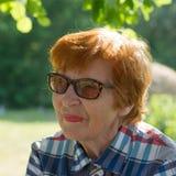 Porträt einer emotionalen lächelnden Frau mit Gläsern Lizenzfreie Stockfotos