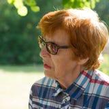 Porträt einer emotionalen lächelnden Frau mit Gläsern Stockfotos