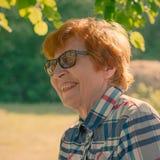 Porträt einer emotionalen lächelnden Frau mit Gläsern Stockfoto