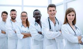 Porträt einer erfolgreichen Gruppe Doktoren interniert lizenzfreie stockfotografie