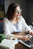 Porträt einer ernsten attraktiven reifen Geschäftsfraufunktion Stockfotografie