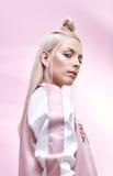 Porträt einer ernsten blonden Frau lizenzfreies stockfoto