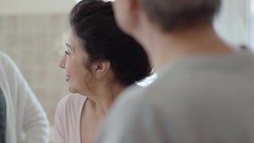 Porträt einer erwachsenen Frau, die ihren reifen Freundinnen eine Geschichte erzählt Treffen von alten Freunden Abschluss oben stock video