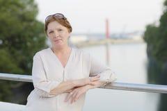 Porträt einer erwachsenen Frau ist im Park lizenzfreies stockfoto