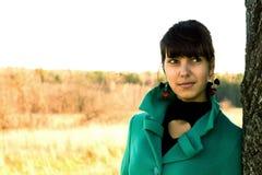 Porträt einer Frau in ¾ Ñ Ñ- Ñ 'уÐ'еÐ-½ Ð ½ ую Ð  Ð?Ð ½ Ð ½ ию Wetter Stockfotografie