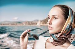 Porträt einer Frau auf einem Hintergrund von Bergen und von Meer Stockbild