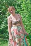 Porträt einer Frau auf einem Landstandort Lizenzfreie Stockfotos
