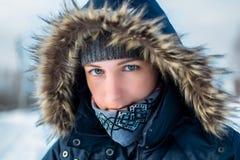 Porträt einer Frau in der Haube im Winter Stockfotografie