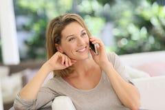 Porträt einer Frau, die auf Smartphone spricht Lizenzfreies Stockbild