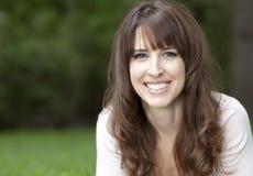 Porträt einer Frau, die an der Kamera lächelt lizenzfreie stockfotografie