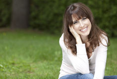 Porträt einer Frau, die an der Kamera lächelt Stockbild