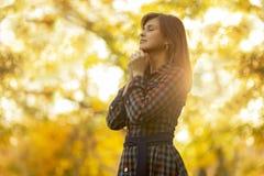 Porträt einer Frau, die in der Natur, der Mädchendank Gott mit ihren Händen gefaltet an ihrem Kinn, ein Gespräch mit dem Creato b lizenzfreies stockfoto