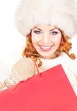 Porträt einer Frau, die eine rote Einkaufstasche hält Lizenzfreie Stockbilder