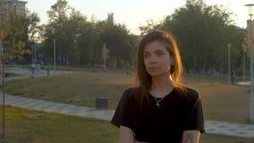 Porträt einer Frau, die eine Zigarette raucht stock video footage