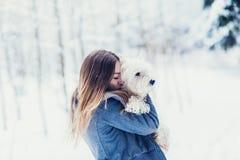 Porträt einer Frau, die einen Hund umarmt lizenzfreie stockbilder