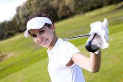 Porträt einer Frau, die Golf spielt Stockbild