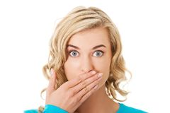 Porträt einer Frau, die ihren Mund bedeckt lizenzfreie stockbilder