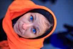 Porträt einer Frau, die oben mit blauen Augen schaut stockfotos