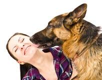 Porträt einer Frau, die Schäferhund leckt Lizenzfreie Stockfotografie