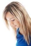 Porträt einer Frau, die unten schaut. Stockfoto