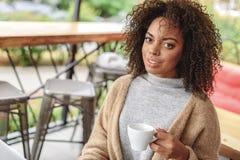 Porträt einer Frau, die zuhause stillsteht Lizenzfreies Stockfoto