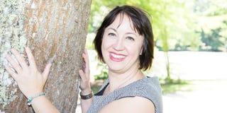 Porträt einer Frau draußen Alter vierzig stockbilder