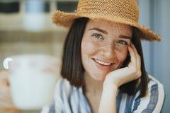 Porträt einer Frau an einem Café lizenzfreies stockbild