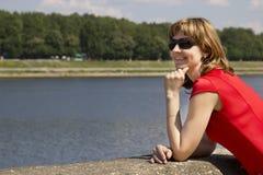 Porträt einer Frau in einem roten Kleid Stockfotos