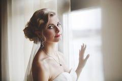 Porträt einer Frau in einem weißen Kleid Stockfoto